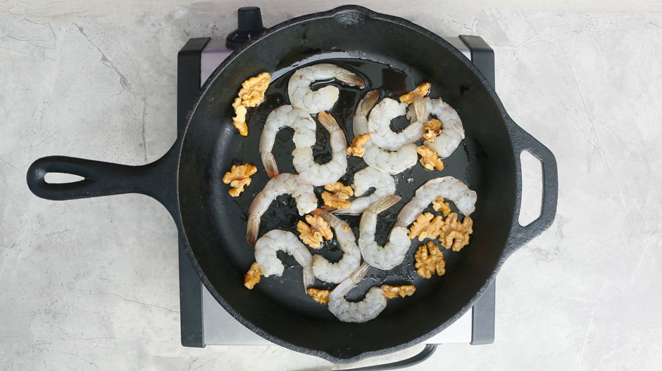 saute shrimp and walnut in a hot pan